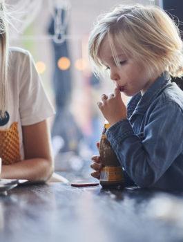 Kind drinkt chocolademelk in het Koerskaffee