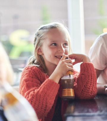 Kinderen drinken chocolademelk in het Koerskaffee