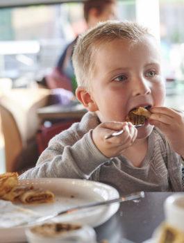 Kind eet pannenkoek in het Koerskaffee in Roeselare